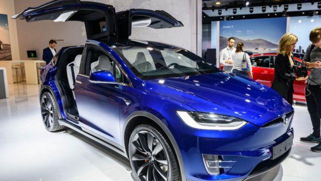 一台特斯拉Model X 90D车在布鲁塞尔一个贸易展上展出。