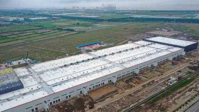 图为2019年,一座位于上海的正在施工中的特斯拉工厂。