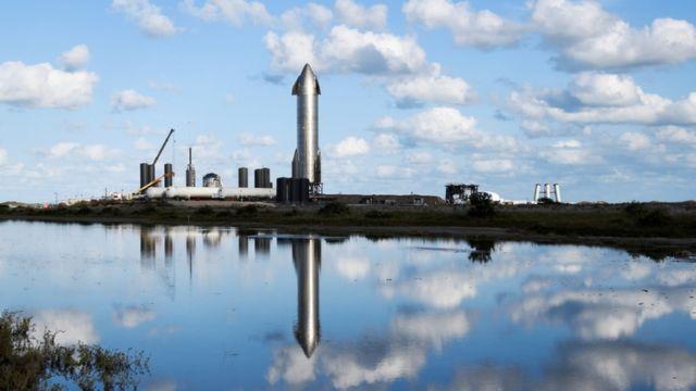 """去年12月,SpaceX""""星舟""""火箭在该公司位于德克萨斯的一座设施内为发射测试做准备。"""