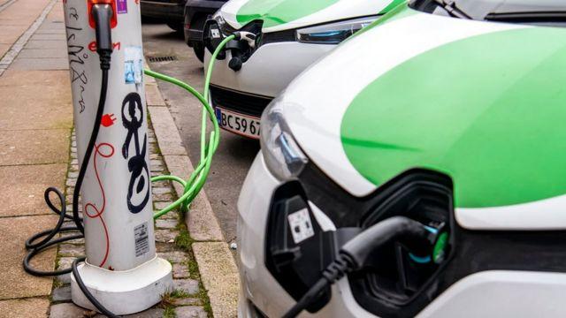 在许多城市,可以见到越来越多的电动车充电桩出现。
